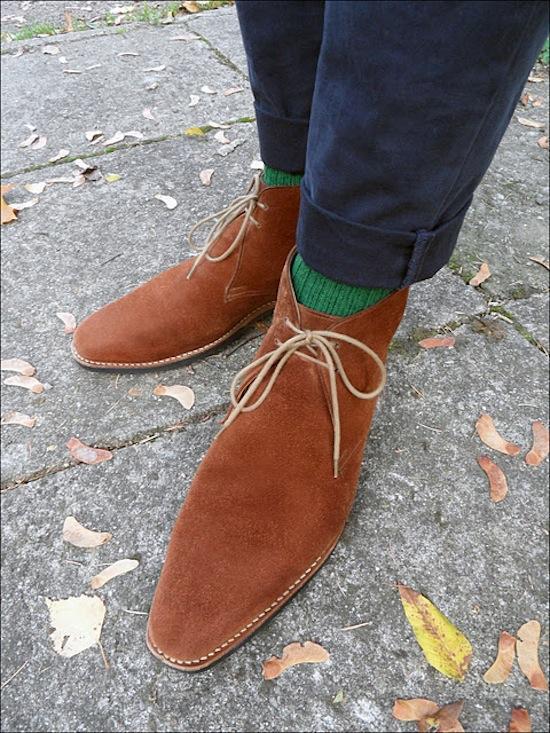 Pantalon chino modèle mercer Tommy hilfiger- chaussettes Doré doré - Chukka Boots modèle Tetbury en veau velours Crockett & Jones